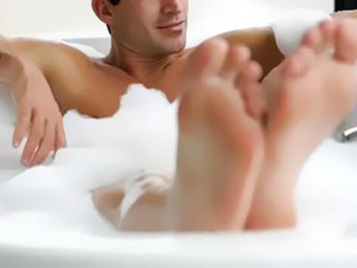 身体を洗う男