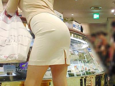 買い物中の人妻