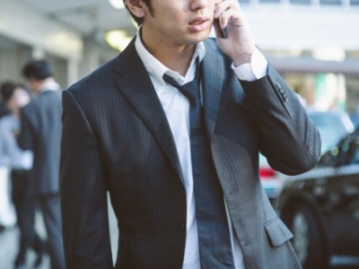 電話する男